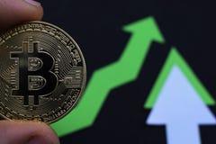 Bitcoin crece en el precio, el precio de los aumentos del bitcoin fotos de archivo