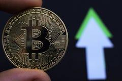 Bitcoin crece en el precio, el precio de los aumentos del bitcoin imagen de archivo libre de regalías