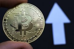 Bitcoin crece en el precio, el precio de los aumentos del bitcoin fotos de archivo libres de regalías