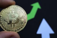 Bitcoin crece en el precio, el precio de los aumentos del bitcoin imágenes de archivo libres de regalías