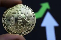 Bitcoin crece en el precio, el precio de los aumentos del bitcoin foto de archivo