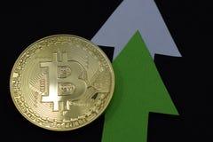 Bitcoin crece en el precio, el precio de los aumentos del bitcoin imagenes de archivo
