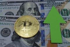 Bitcoin crece en el precio, el precio de los aumentos del bitcoin fotografía de archivo libre de regalías