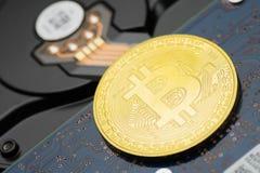 Bitcoin criptocurrency moneta na dysk twardy przejażdżce obraz royalty free