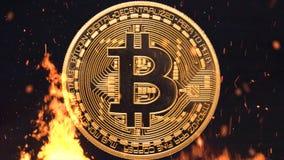 Bitcoin - crypto νομισμάτων BTC κομματιών κάψιμο χρημάτων νομίσματος στοκ φωτογραφία