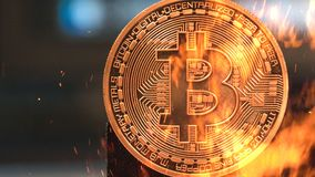 Bitcoin - crypto νομισμάτων BTC κομματιών κάψιμο χρημάτων νομίσματος στοκ εικόνες με δικαίωμα ελεύθερης χρήσης