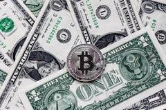 Bitcoin, crypto devise, argent électronique et le dollar Photographie stock libre de droits