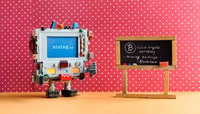 Bitcoin cryptocurrency数字式金钱概念 开采电子现金的机器人计算机 教室色的圆点桃红色 库存图片