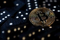 Bitcoin Cryptocurrency数字Bitcoin BTC货币创业贷款及科技互联网Bitcoin跌倒真正金钱风险菲亚特 免版税库存图片