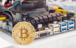 Bitcoin Cryptocurrency背景概念-金黄bitcoin与 免版税图库摄影