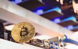 Bitcoin Cryptocurrency背景概念-金黄bitcoin与 库存图片
