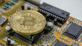 Bitcoin Cryptocurrency на монтажной плате компьютера Съемка макроса стоковые изображения