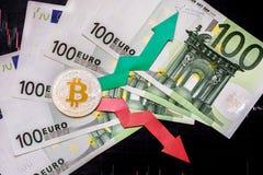 Зыбкост и прогнозирование курсов виртуальных денег Красные и зеленые стрелки с золотой лестницей Bitcoin на серой бумаге стоковые фотографии rf