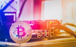Bitcoin Cryptocurrency bakgrundsbegrepp - guld- bitcoin med Fotografering för Bildbyråer
