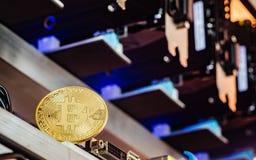Bitcoin Cryptocurrency bakgrundsbegrepp - guld- bitcoin med Royaltyfria Bilder