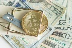 Bitcoin монетки cryptocurrency золота в мышеловке на куче наличных денег C стоковое изображение rf