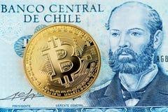 Bitcoin Cryptocurrency con el billete de banco de los Pesos chilenos Bitcoin y Pesos chilenos del dinero imágenes de archivo libres de regalías