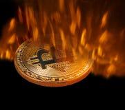 Bitcoin-cryptocurrency, das im Ofenfeuer geschmiedet wird lizenzfreie stockbilder