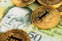 Bitcoin Cryptocurrency em cédulas de Bolivar da moeda da Venezuela fotos de stock royalty free