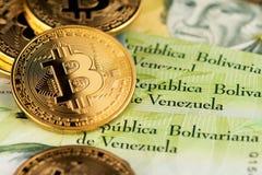 Bitcoin Cryptocurrency en los billetes de banco de Bolivar del dinero de Venezuela se cierra encima de imagen fotografía de archivo