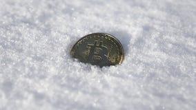 Bitcoin Cryptocurrency en nieve, en el fondo El concepto de trabajar independientemente, la bolsa de acción Bitcoin del oro en fr Fotografía de archivo
