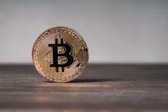 Bitcoin cryptocurrency fizyczna miedziana moneta na drewnianym biurku Obrazy Royalty Free