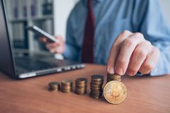 Bitcoin cryptocurrency handlowiec zdjęcia royalty free