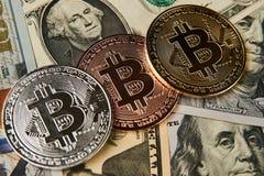 Bitcoin cryptocurrency pieniądze na my dolara tło Fotografia Stock