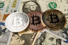 Bitcoin cryptocurrency pieniądze na my dolara tło Zdjęcie Stock