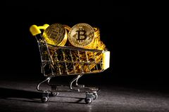 Bitcoin cryptocurrencymynt med shoppingvagnen Royaltyfri Fotografi