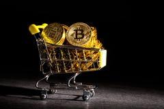 Bitcoin cryptocurrencymynt med shoppingvagnen Royaltyfri Fotografi