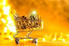 Bitcoin cryptocurrencymynt med shoppingvagnen fotografering för bildbyråer