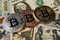 Bitcoin cryptocurrencypengar på oss dollarbakgrund fotografering för bildbyråer