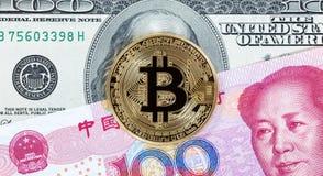 Bitcoin cyber pojedyncza moneta na mieszanym papierowej waluty tle zdjęcie royalty free