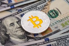 Bitcoin d'argento sulle banconote dei dollari americani Concetto di estrazione mineraria Fotografia Stock