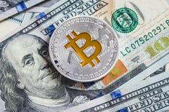 Bitcoin d'argento sulle banconote dei dollari americani Concetto di estrazione mineraria Immagine Stock Libera da Diritti