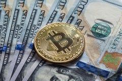 Bitcoin d'argento sulle banconote dei dollari americani Concetto di estrazione mineraria Fotografie Stock