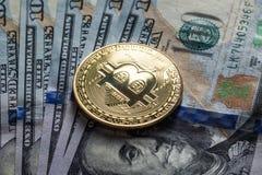 Bitcoin d'argento sulle banconote dei dollari americani Concetto di estrazione mineraria Fotografia Stock Libera da Diritti
