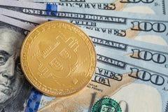 Bitcoin d'argento sulle banconote dei dollari americani Concetto di estrazione mineraria Immagine Stock