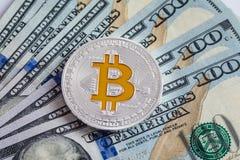 Bitcoin d'argento sulle banconote dei dollari americani Concetto di estrazione mineraria Immagini Stock Libere da Diritti