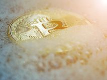 Bitcoin d'or dans une bulle de savon Concept de bulle distribuée de technologie et de bitcoin de registre et d'argent binaire éle Photo stock