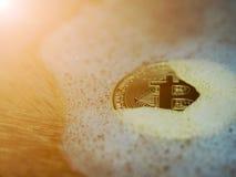 Bitcoin d'or dans une bulle de savon Concept de bulle distribuée de technologie et de bitcoin de registre et d'argent binaire éle Photos libres de droits
