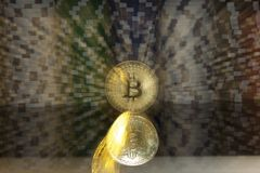 Bitcoin d'or devant des piles de puces de jeu vert-bleu et rouges blanches Photo libre de droits