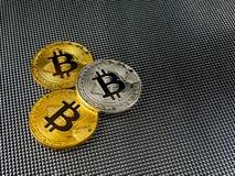 Bitcoin d'or et argenté sur le fond abstrait Cryptocurrency de Bitcoin Image stock