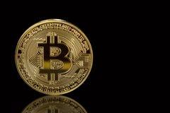 Bitcoin d'or d'isolement sur le fond noir avec la réflexion Concept d'exploitation de Cryptocurrency L'espace libre pour votre te photos libres de droits