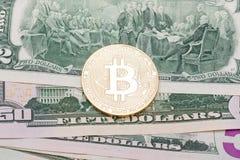 Bitcoin d'or sur des billets de banque des USA Photographie stock