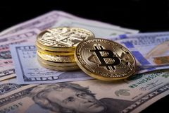 Bitcoin d'or sur des billets d'un dollar Photos libres de droits
