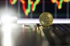 Bitcoin d'or sur le clavier avec l'augmentation du diagramme photo stock