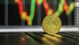 Bitcoin d'or sur le clavier avec l'augmentation du diagramme photographie stock