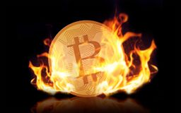 Bitcoin d'or sur le feu au-dessus du fond noir Images libres de droits